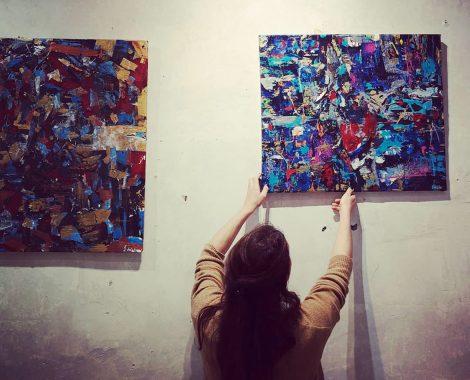 L'artiste Johanna Delalay en plein accrochage à La Passerelle, pour son exposition de janvier 2020